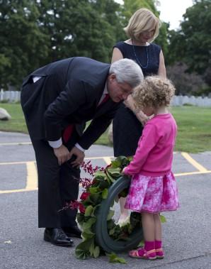 Stephen Harper et son épouse Laureen rencontre la petite Sara Vulin Daniel à Ottawa lors d'une cérémonie en l'honneur des Canadiens décédés lors des attentats du 11 septembre. (La Presse Canadienne)