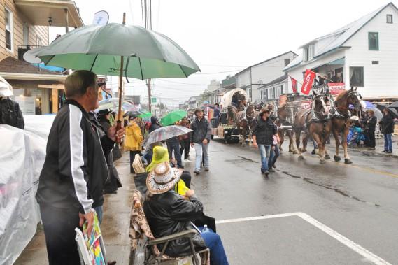 À la fin du défilé du Festival western dimanche, Dame Nature s'est mise de la partie, déversant sur des spectateurs bien préparés quelques millimètres de pluie. (Photo: Émilie O'Connor)