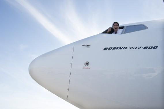 Justin Trudeau visite le cockpit de son avion de campagne, le 15 septembre. (La Presse Canadienne)