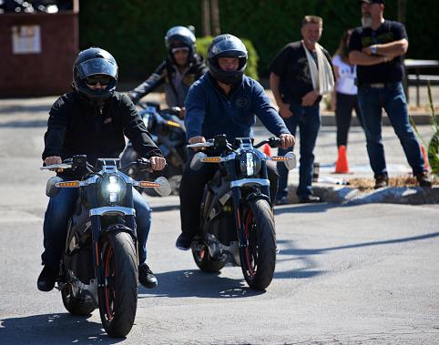 Les gens qui ont essayé la moto lors du passage de la caravane dans la région de Montréal ont pu enfourcher une vraie moto, tout électrique soit-elle. (Photo André Pichette, La Presse)