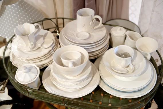Lampes, vaisselle, objets décoratifs oscillent entre l'esprit classique et campagnard. (Le Soleil, Erick Labbé)
