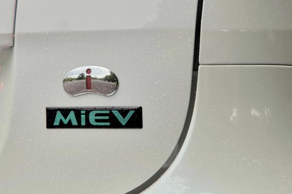 Le logo de la Mitsubishi i-Miev (Photo Éric LeFrançois, collaboration spéciale)