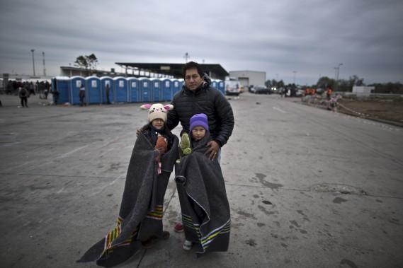 Je ne sais pas dans quel pays nous allons atterrir, je veux seulement que mes enfants aient un avenir. En Afghanistan, nous sommes en guerre depuis quatre décennies, mais personne ne nous porte attention. Nous vivons des vies difficiles et personne ne s'en préoccupe. Nous sommes coincés. Je veux seulement un avenir pour mes enfants. Après ce voyage, il n'y a pas de retour possible. (Associated Press, Muhammed Muheisen)