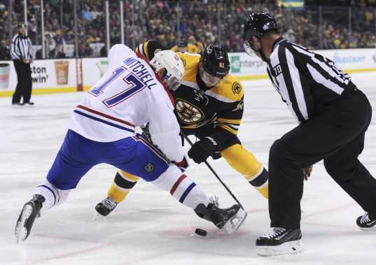 Torrey Mitchell gagne sa mise au jeu face à Ryan Spooner. (PHOTO BOB DECHIARA, USA TODAY)