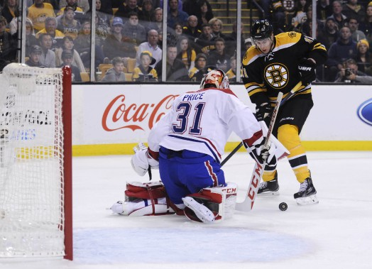 Jimmy Hayes tente de saisir le rebond donné par Carey Price. (PHOTO BOB DECHIARA, USA TODAY)