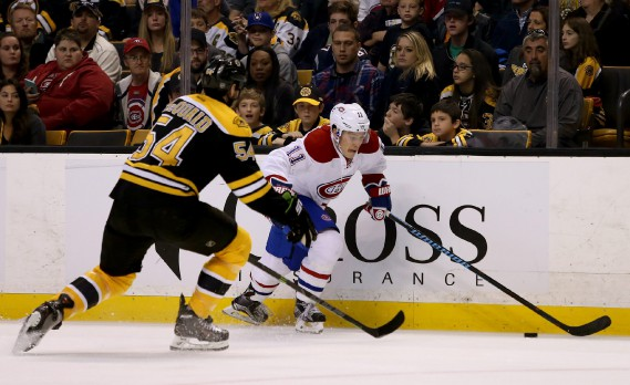 Brendan Gallagher cherche à échapper à la couverture d'Adam McQuaid. (PHOTO MARY SCHWALM, AP)