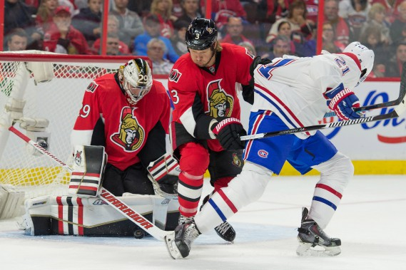 Marc Methot retient le chandail de Devante Smith-Pelly pendant que Matt O'Connor effectue un arrêt. (PHOTO MARC DESROSIERS, USA TODAY)