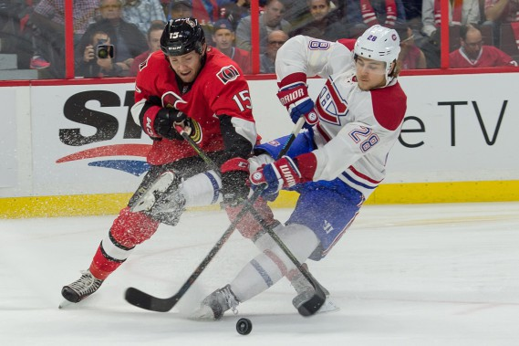 Nathan Beaulieu (28) et Zack Smith bataillent pour la possession de la rondelle. (PHOTO MARC DESROSIERS, USA TODAY)