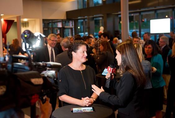 LouiseBoisvert, présidente et éditrice de La Tribune et La Voix de l'Est, présente la nouvelle application à la journaliste Mélissa Fauteux en direct à ICI Radio-Canada. (Imacom, Jessica Garneau)