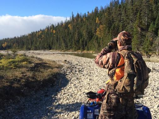 Le guide Bédard effectue de la prospection sur les grèves des rivières. ()