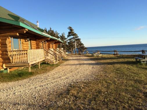 Les pavillons des invités et des guides sont situés sur un site en bordure du golfe du Saint-Laurent. ()