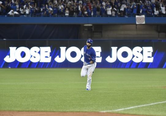 Jose Bautista contourne les sentiers après sa longue balle décisive. (PC, Nathan Denette)