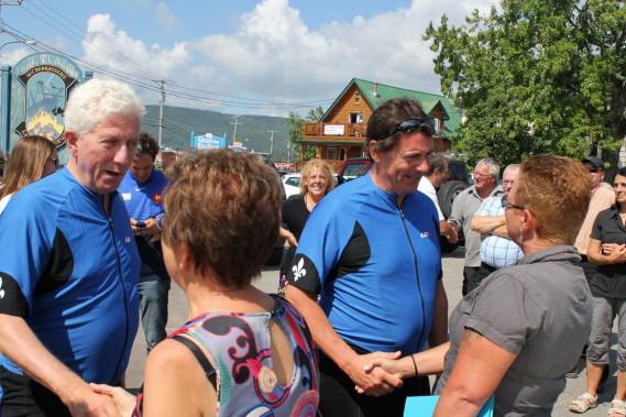 Gilles Duceppe et Pierre Karl Péladeau ont rencontré des militants à Carleton, en marge de leur tour de la Gaspésie en vélo. (Collaboration spéciale Gilles Gagné)