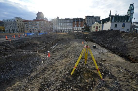 Après avoir été photographiés, filmés et mesurés grâce aux technologies GPS et laser, les quais seront enterrés lundi. (Photo Le Soleil, Yan Doublet)