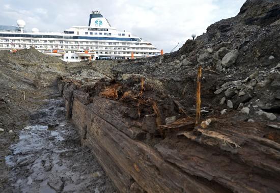De longues pièces de bois carré pouvant faire jusqu'à une dizaine de mètres de long ont été mise au jour. (Photo Le Soleil, Yan Doublet)