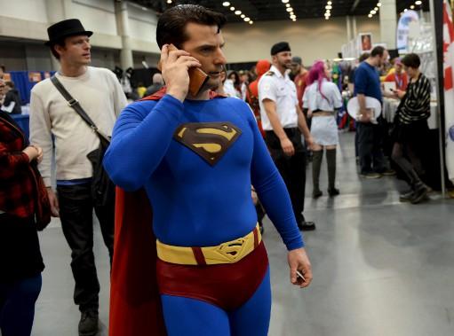 C'est un oiseau...c'est un avion..., non, c'est Superman au téléphone. (Le Soleil, Erick Labbé)