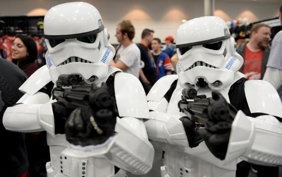 Les Stormtroopers tiennent en joue notre photographe. Heureusement, ils l'ont raté de leurs tirs. (Le Soleil, Erick Labbé)