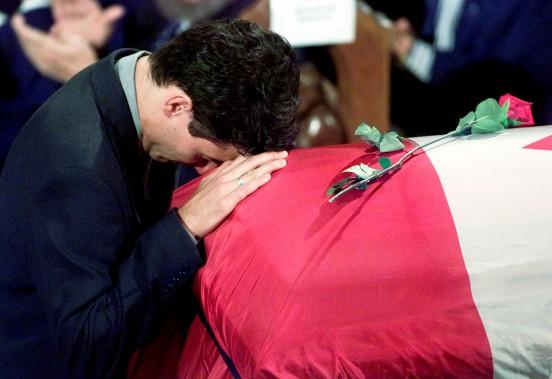 Octobre 2000 Lors des funérailles de son père en octobre 2000, Justin Trudeau, alors âgé de 28 ans, prononce un éloge funèbre émouvant. Les observateurs de la scène politique remarquent son talent d'orateur et spéculent pour la première fois sur ses possibilités de suivre les traces de Pierre Elliott Trudeau. Mais le futur politicien s'engagera encore un certain temps dans des organisations civiles, comme le programme de bénévolat pour les... (Photothèque Le Soleil)