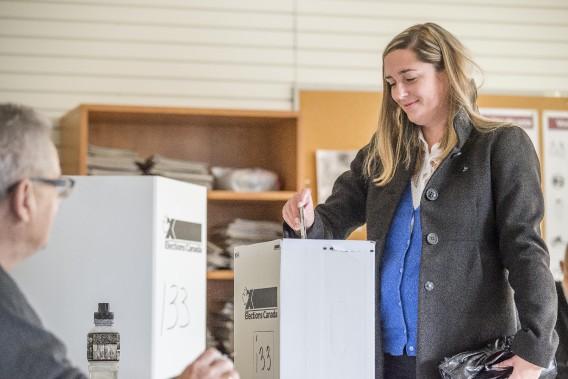 La bloquiste Caroline Bouchard a voté lundi matin à Sherbrooke. (Imacom, Frédéric Côté)