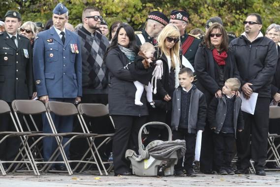 Les familles éprouvées regardent les dignitaires quitter. (Patrick Woodbury, LeDroit)