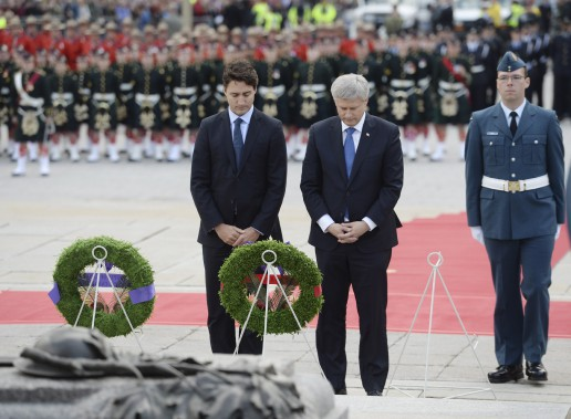 Le premier ministre désigné Justin Trudeau et lepremier ministre sortant Stephen Harper ont déposé ensemble une couronne au Monument commémoratif de guerre du Canada. (Sean Kilpatrick, La Presse Canadienne)