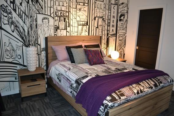 La chambre secondaire a été aménagée au sous-sol. Le papier-peint utilisé donne du caractère à la pièce. ()