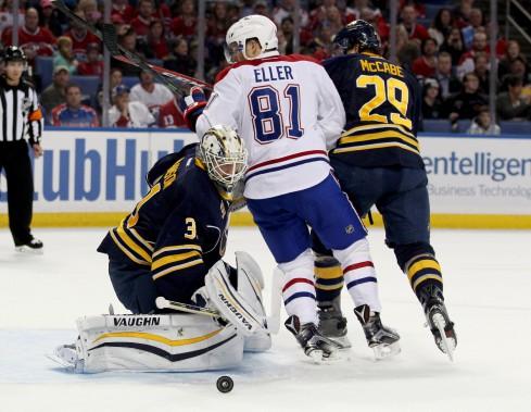 Lars Eller tente de dévier un tir pendant que le gardien des Sabres, Chad Johnson, effectue l'arrêt, en première période. (PHOTO TIMOTHY T. LUDWIG, USA TODAY SPORTS)