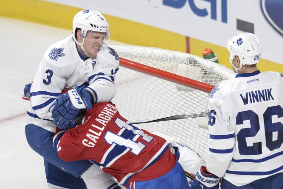 Dion Phaneuf se fait rudoyer par Brendan Gallagher. (PHOTO BERNARD BRAULT, LA PRESSE)