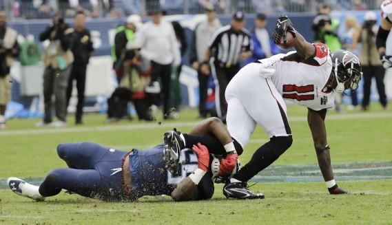 Julio Jones est arrêté sur ce jeu, mais le receveur de passes a marqué le seul touché des Falcons plus tard dans la rencontre. Atlanta l'a emporté 10-7 sur les Titans du Tennessee. (AP, James Kenney)