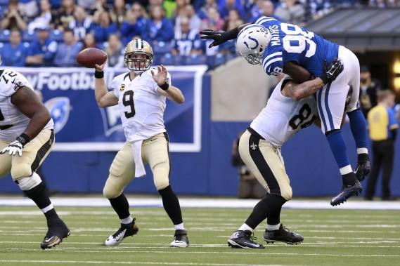 Michael Hoomanawanui des Saints s'est assuré queRobert Mathis des Colts ne rejoigne Drew Brees. Lequart a amassé 255verges par la voie des airs et les Saints ontvaincu les Colts 27-21. (AP, R Brent Smith)