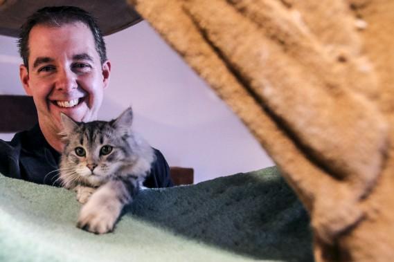Le propriétaire du Café chat Sibérien, Michael Lebrun, avec la chatte Klarissa (Patrick Woodbury, LeDroit)