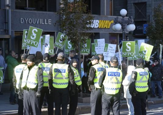 Des policiers se sont assurés en milieu d'avant-midi que les professionnels qui n'étaient pas en grève puissent accéder à leurs bureaux, au gouvernement. (Le Soleil, Patrice Laroche)