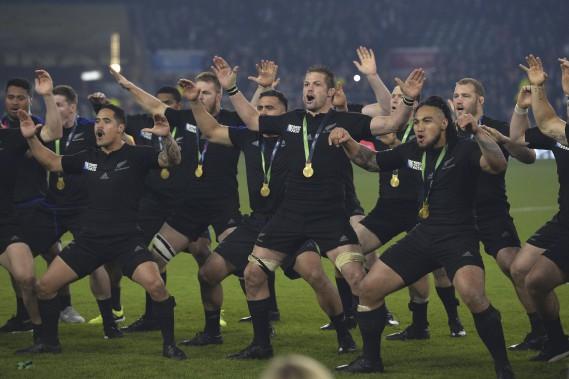 Après un tour du terrain pour célébrer leur titre, les All Blacks se sont tournés vers la gauche de la tribune présidentielle pour exécuter un dernier «Haka» joyeux avant de regagner les vestiaires. (AFP, Glyn Kirk)