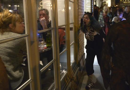 Les zombies ont fait sourire ou frissonner les clients des restaurants du quartier Saint-Jean Baptiste. (Le Soleil, Yan Doublet)