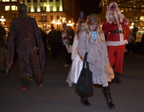 Même le Père Noël était un zombie en ce soir de l'Halloween. (Le Soleil, Yan Doublet)