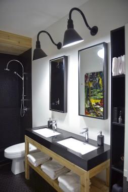 La salle de bain arbore la céramique Soligo nid d'abeille noir de chez Céramique Décor. L'oeuvre colorée au mur est signée Sylvain Berthiaume. (Le Soleil, Jean-Marie Villeneuve)