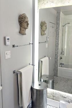 Une seule sculpture et voilà la salle de bain en lien avec le reste de la maison. (Le Soleil, Patrice Laroche)