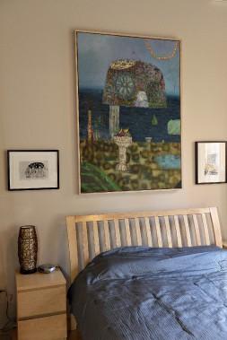 La grande toile de David Lafrance est encadrée par deux petites oeuvres de Paryse Martin. (Le Soleil, Patrice Laroche)