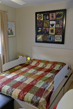 Reda, trois ans, a lui aussi des oeuvres d'art dans sa chambre, dont une d'Isabelle Lockwell. (Le Soleil, Patrice Laroche)
