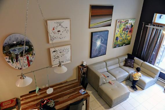 Le salon sobrement meublé livre ses murs à des oeuvres contemporaines. De gauche à droite : <em>Lac</em> (oeuvre ronde de Dan Brault), <em>Dévotion 12 </em>et<em> 13</em> (oeuvres superposées de Pierre Durette),<i>O</i><i>nondaga</i>(Rita Letendre), <em>Standing Figure</em> (Thierry Arcand Bossé) et, à l'extrême droite, <em>Hésitation romantique</em> (Dan Brault). (Le Soleil, Patrice Laroche)