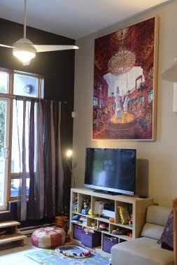 <em>L'apocalypse</em>, de Raphaël Sottolichio, détourne l'attention du téléviseur. M. Ghiguer se souvient du jour où il a vu cette oeuvre pour la première fois en galerie. «Je n'en ai pas dormi de la nuit, relate-t-il. Le lendemain, je l'achetais.» Il faut acheter la «démarche» de l'artiste, soutient-il. (Le Soleil, Patrice Laroche)