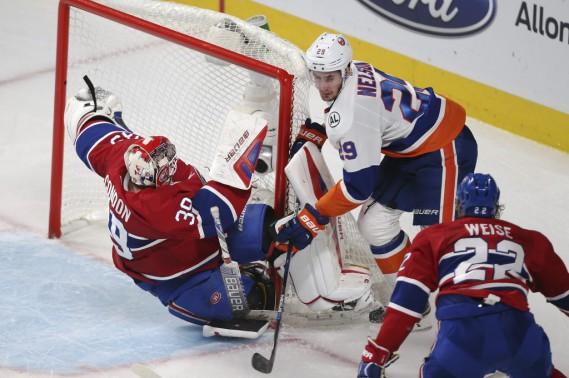 Mike Condon tombe sur la glace après que Brock Nelson soit entré en contact avec lui. (PHOTO MARTIN CHAMBERLAND, LA PRESSE)