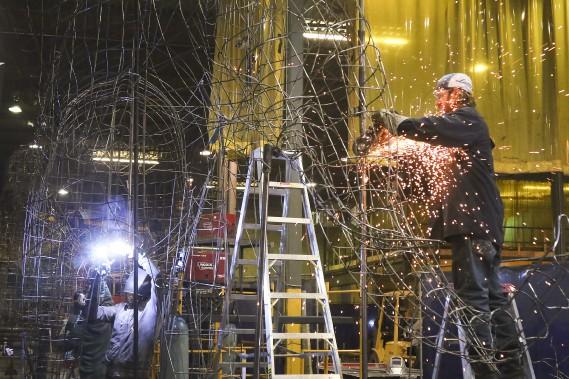 Artistes, sculpteurs et soudeurs s'activent dans un atelier de Repentigny en prévision des Floralies internationales d'Antalya, en Turquie, qui auront lieu en 2016. (Patrick Woodbury, LeDroit)