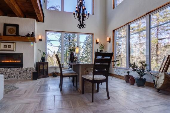 À aire ouverte, le rez-de-chaussée est spacieux. Il comprend un grand hall d'entrée, un studio avec salle d'eau, une salle de bains complète, le salon, la salle à manger ainsi que la cuisine. (Courtoisie Édith Harvey)