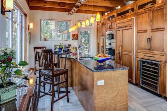 La cuisine est évidemment l'une des pièces centrales de la maison. Son comptoir de 14 pieds en granite régional, ses armoires en merisier, sans oublier son four, son réfrigérateur ainsi que son micro-onde encastrés et son ventilateur télescopique devant la plaque de cuisson ont de quoi charmer. (Courtoisie Édith Harvey)