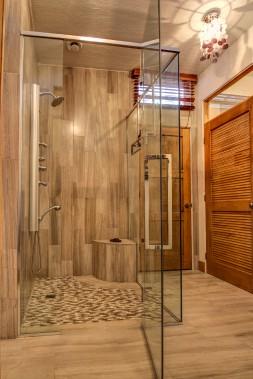 Du marbre recouvre les murs et le banc de la douche. Le plancher est également en marbre. (Courtoisie Édith Harvey)
