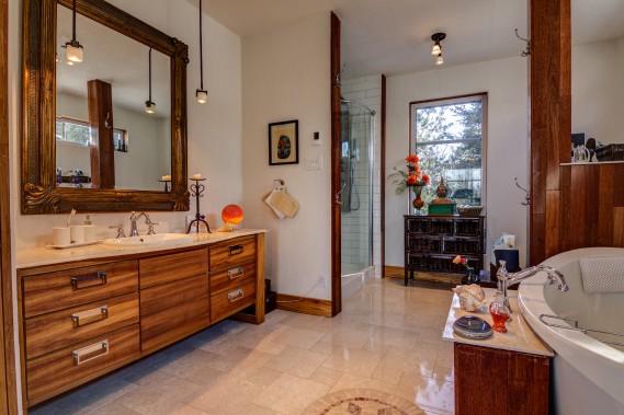 La salle de bains de l'étage comprend une douche en céramique avec jets de corps et jet de pluie ainsi que du mobilier scandinave en bois IPE. Le plancher chauffant est en marbre. (Courtoisie Édith Harvey)