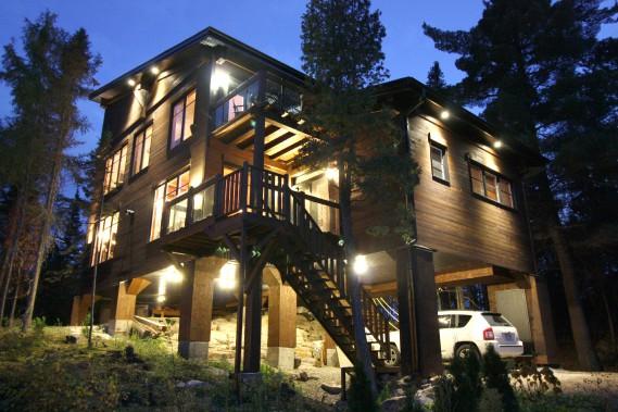 La résidence est revêtue de bois embouvetés. Elle se fond ainsi à merveille dans son environnement. De plus, des jeux de lumière mettent en évidence, le soir venu, la roche sur laquelle la demeure est sise. (Courtoisie Édith Harvey)
