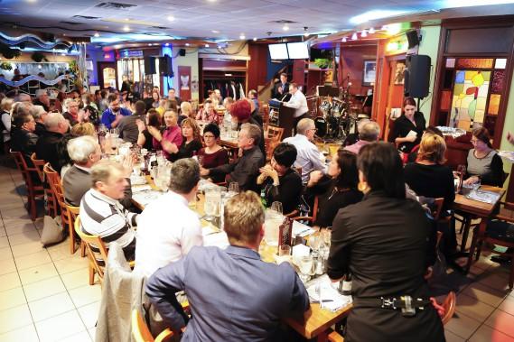 Il y avait foule jeudi soir pour célébrer les 35 ans du restaurant-bar Mario Tremblay. (Photo Le Quotidien, Gimmy Desbiens)