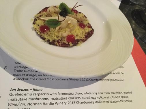 9. Jon Svazas, fauna (Cote Jury 5/10): carpaccio d'émeu, émulsion de soya et de miso, champignons marinés, jaune d'oeuf, noix de Grenoble et caviar. Une chair grasse, savoureuse, relevée par plus de gras (oeuf). Malheureusement, cela ne met pas assez en vedette le talent du chef. ()